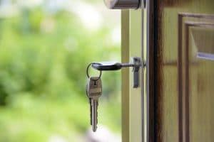 clé sur porte ouverte